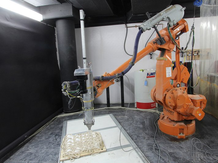 Rapid Prototyping Robot builds clay facades